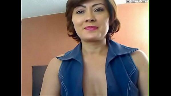 Ama de casa muy sexy mostrado su coño peludo y sus nalgotas