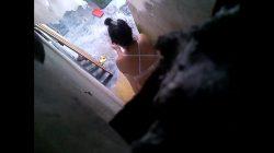Vecina espiada!! Vecino pervertido espía a su vecina en el baño