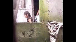 Espiando a vecina desnuda con hija en su casa