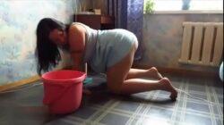 Esposa culona amateur cogiendo en cuatro patas mientras limpia