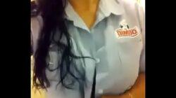 Empleada de BIMBO enseña las tetas en su trabajo