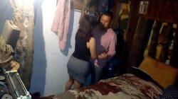 Mujer casada convence a su joven vecino para coger