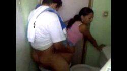 Cuñados sorprendidos cogiendo en el baño