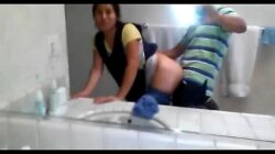 Se coge a la sirvienta a escondidas de su mujer, en el baño