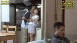 Adolescente toquetea y besa a su madrastra junto al papá