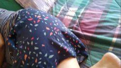 Le alza la falda y la manosea a su tía dormida