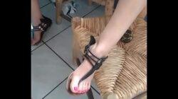 Madura en sandalias se provoca orgasmos con una banana