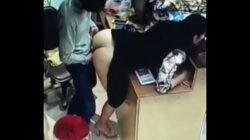 Chino se folla a su empleada en su tienda