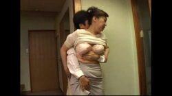 Incesto japonés hijo manoseando a su madre tetona