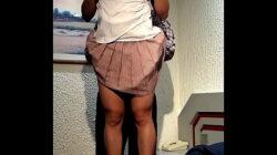 Le alzan la falda y le bajan los calzones