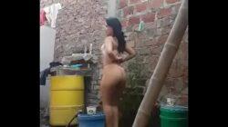 Baile sensual de mi vecina en su patio antes de bañarse